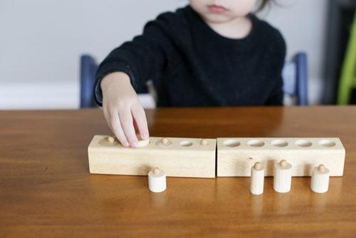 モンテッソーリ教具で遊ぶ子供