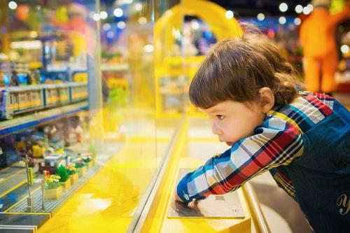 おもちゃを眺める子供