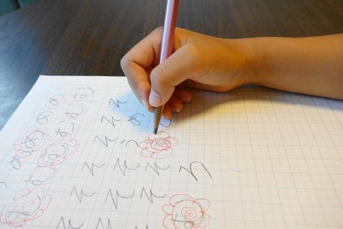 ひらがなをノートに書く子供