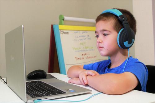 オンライン学習する男の子